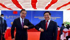 Cái chạm nhẹ cùi chỏ của PTT Phạm Bình Minh và Ngoại trưởng Trung Quốc Vương Nghị