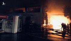Đang cháy đỏ trời trong Khu công nghiệp Tân Tạo