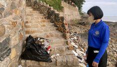 Thu hồi giấy kinh doanh quán cà phê có nhân viên đẩy rác xuống biển
