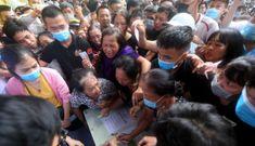 Hàng ngàn người chen lấn kiệt sức, xô đẩy mua vé xem trận chung kết Cup quốc gia