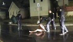 Người da màu chết ngạt sau khi bị cảnh sát trùm mũ lên đầu