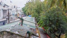 Bộ đội dầm mưa giúp dân chống bão số 5