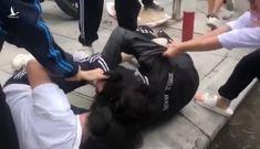 Nữ sinh lớp 10 ở Hà Nội đánh nhau dữ dội trước cổng trường
