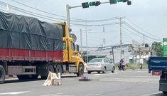 Nhờ người dắt qua đường nhưng bị từ chối, cụ bà nhặt ve chai tự qua một mình bị xe tải tông qua đời