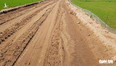 Cho chính quyền 'mượn đất' mở đường giữa đồng lúa giúp dân vùng sạt lở đi lại
