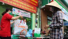 Dân Sài Gòn mang rác nhựa đổi gạo miễn phí để bảo vệ môi trường