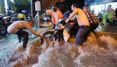 Người Sài Gòn vật lộn sau trận mưa lớn