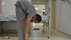 Bác sĩ phải chế bàn mổ cho bệnh nhân siêu gù