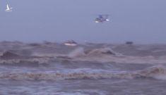 Quân đội điều trực thăng cứu nạn 8 thuyền viên và một ngư dân