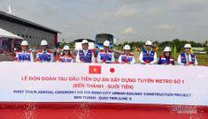 Bí thư Nguyễn Thiện Nhân tham quan đoàn tàu đầu tiên của metro số 1
