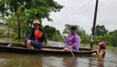 Nhà dân ngập nặng sau mưa lớn, nhiều người dùng ghe đi lại