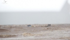 Quảng Trị: Thuyền cứu hộ bị chìm khi ra biển cứu 8 thuyền viên