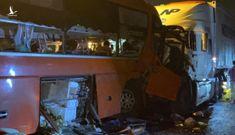 Xe đầu kéo và xe khách tông nhau tại đường dẫn hầm Hải Vân, nhiều người thương vong