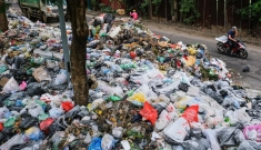 Đường phố Hà Nội ngập rác thải