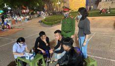 Nhiều người không đeo khẩu trang ở phố đi bộ hồ Hoàn Kiếm 'bất ngờ' bị phạt
