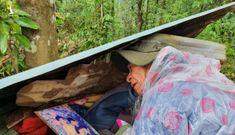 Cha già thoát chết tìm kiếm 8 người thân bị vùi lấp ở Trà Leng