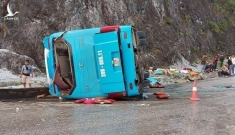 Lật xe khách ở Hòa Bình: 2 người chết, 10 người bị thương