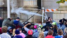 Cảnh sát xịt hơi cay vào đám đông tuần hành kêu gọi đi bầu tại Bắc Carolina