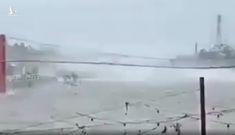 Video: Cầu treo ở Philippines bị siêu bão mạnh nhất năm quật phần phật như dải lụa