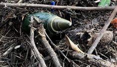 Hoảng hồn phát hiện đạn pháo trong vườn nhà sau lũ