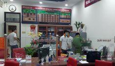 Một kẻ bịt mặt, cầm hung khí xông vào ngân hàng hô to 'lựu đạn'