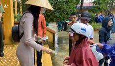 Thủy Tiên dừng phát tiền vì có người nhận cứu trợ đeo vàng, lãnh đạo huyện nói 'đây là hiểu nhầm'