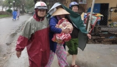 Lực lượng Công an tích cực phối hợp giúp dân tránh bão số 13
