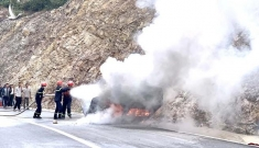 Xe 5 chỗ lao vào vách núi, lật ngửa rồi bốc cháy khiến 3 người thương vong