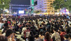 Người dân TP.HCM đổ về trung tâm trước giờ bắn pháo hoa đón năm mới