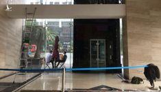 Vụ bước hụt chân rơi 3m ở sảnh thang máy: Ai chịu trách nhiệm?
