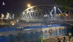 Hàng trăm cảnh sát giải cứu sà lan 1.000 tấn mắc kẹt gầm cầu Rạch Cát 117 tuổi đời