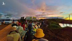 Khách du lịch xếp hàng dài chờ check-in ở Phú Quốc