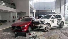 Xe ô tô mất lái tông vỡ cửa kính showroom Mazda, 1 người thương nặng