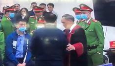 Chủ tọa phiên tòa nói về việc bắt tay bị cáo Nguyễn Đức Chung sau tuyên án!