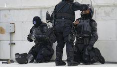 Bị đập bình chữa cháy vào đầu, cảnh sát ở Điện Capitol nguy kịch