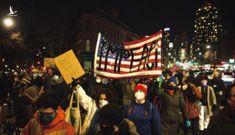 NYT: Hết bạo loạn, người Mỹ lại biểu tình đòi phế truất Trump