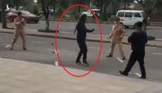 Chạy xe vượt đèn đỏ, người đàn ông rút côn nhị khúc đánh CSGT