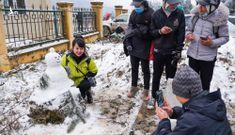 Nhiều người bỏ tiền triệu để được tận tay trạm vào tuyết ở Y Tý