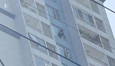 TP.HCM: Cô gái đứng ở lan can tầng 15 chung cư định tự tử