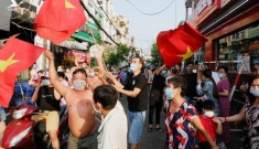Chiều mùng 4 tết gỡ phong tỏa khu Mả Lạng, người dân ra đường… ăn mừng