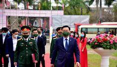 Bí thư và Chủ tịch Hà Nội tặng hoa, động viên thanh niên lên đường nhập ngũ