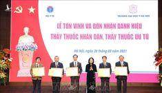 Phó Chủ tịch nước trao tặng danh hiệu Thầy thuốc Nhân dân cho 5 bác sỹ