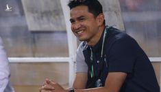 HLV Kiatisuk nói gì sau đại thắng trước đương kim vô địch?