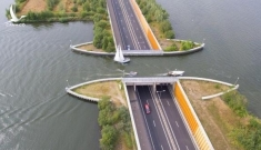 """""""Xe dưới nước, thuyền trên cầu"""": Cây cầu Hà Lan thách đố trí tưởng tượng của bạn"""