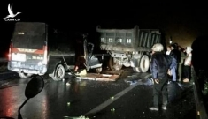 Xe Limousine đâm đuôi xe tải gặp sự cố trên QL3, 5 người thương vong