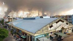Khói bụi bốc cao hàng trăm mét do đốt cỏ trong sân bay Biên Hòa