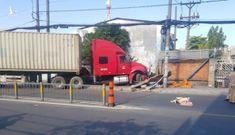 Xe container lao qua đường cán nát xe máy, người đàn ông may mắn thoát chết