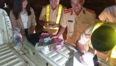 Quên cả trăm triệu tiền làm thẻ căn cước trên xe khách, CSGT tìm ra ngay trong đêm