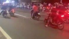 """Hàng chục """"quái xế"""" liều lĩnh chặn ôtô trên Quốc lộ 51 để đua xe"""