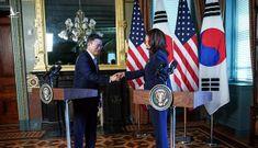 Dậy sóng video Phó Tổng thống Mỹ Harris chùi tay sau khi bắt tay Tổng thống Hàn Quốc